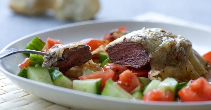 Gratineret bøf med grøntsager i hvidløgsolie