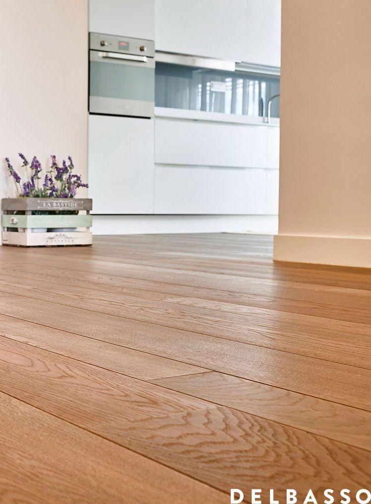 Elegante cucina shabby chic con pavimento in legno di quercia ...