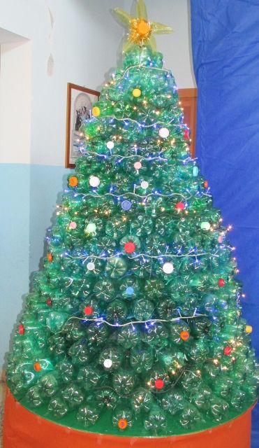 Alberi di natale con bottiglie di plastica natale con for Addobbi natalizi con bicchieri di plastica
