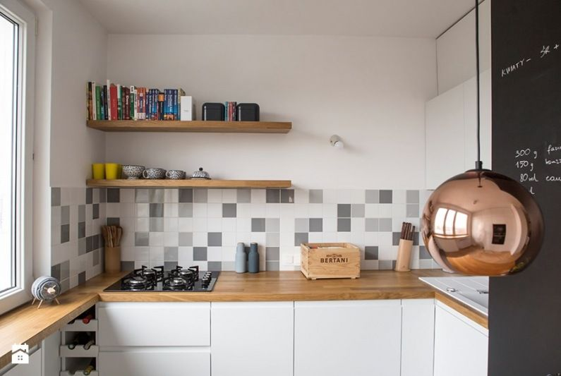 Biale Szafki Kuchenne Pieknie Komponuja Sie Z Plytkami Ulozonymi W Nieregularny Wzor Drewniane Blaty I Polki Kitchen Concepts Kitchen Kitchen Dining Room