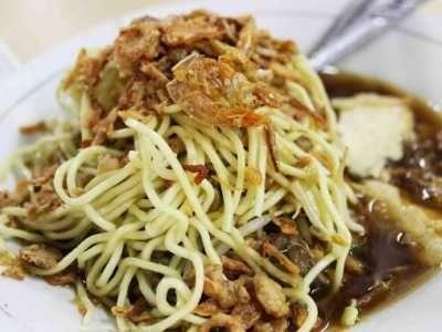 Lontong Mie Berikut Ini Ada Panduan Cara Membuat Bumbu Masakan Dari Resep Lontong Mie Pasar Atom Isi Sambal Pet Asian Street Food Asian Cooking Asian Recipes