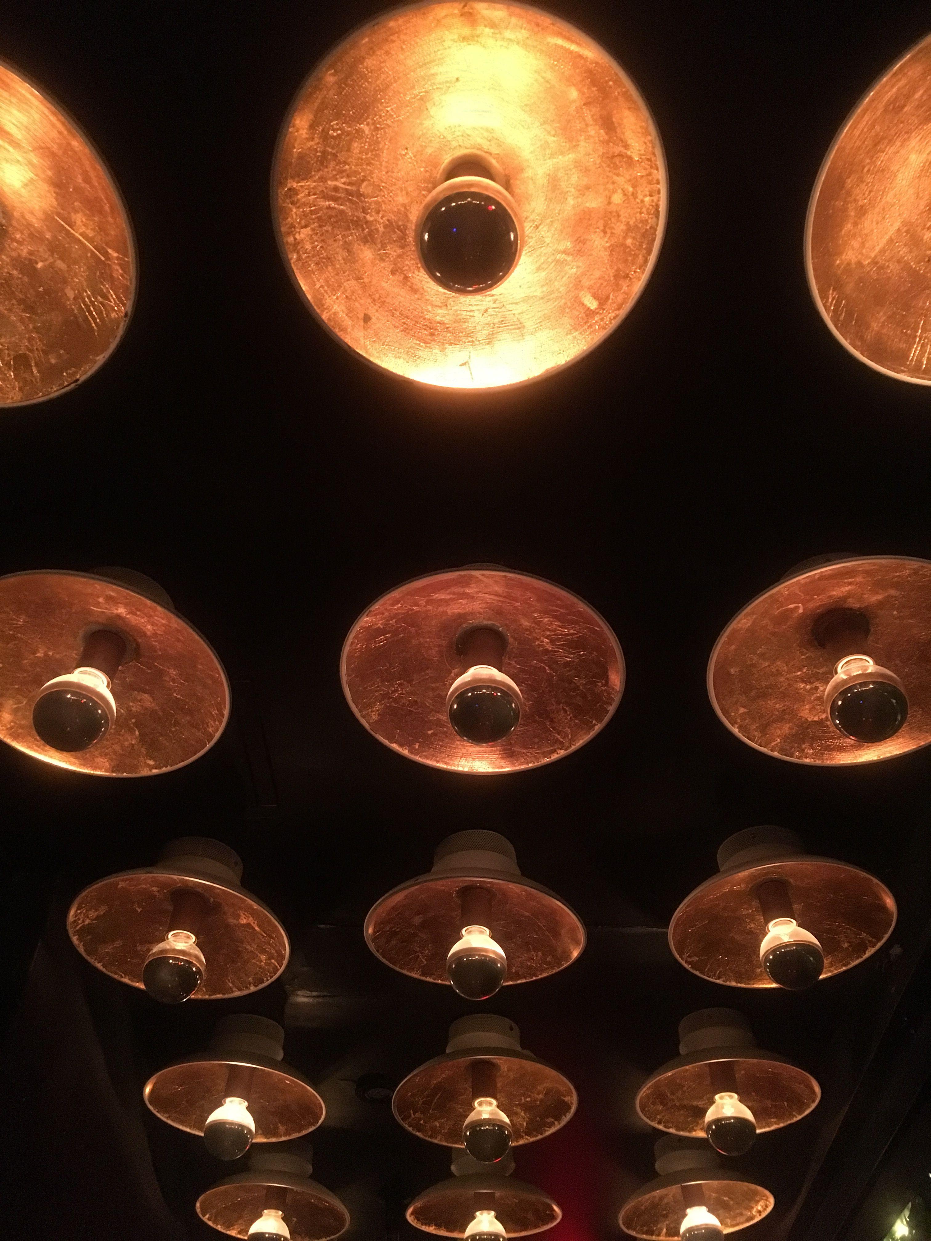 La luz es una vez mas la razón que le otorga a una imagen características pictóricas, pero en este caso es debido a que visibiliza las texturas y el contraste presente en cada una de las lamparas de este techo. La composición un poco estructurada contrasta nuevamente con la variedad tonal y lumínica de la imagen.