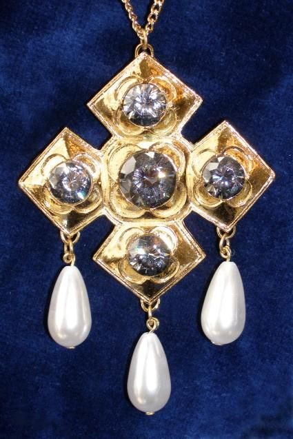 catherine-of-aragon-pendant.jpg (425×637)