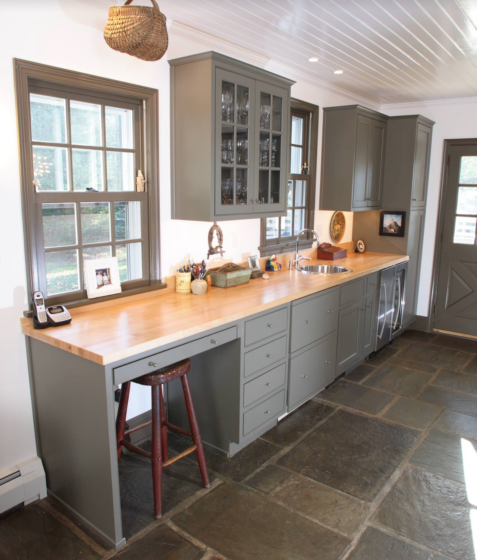 Kitchen with worm gray color and work corner | kitchen מטבחים ...