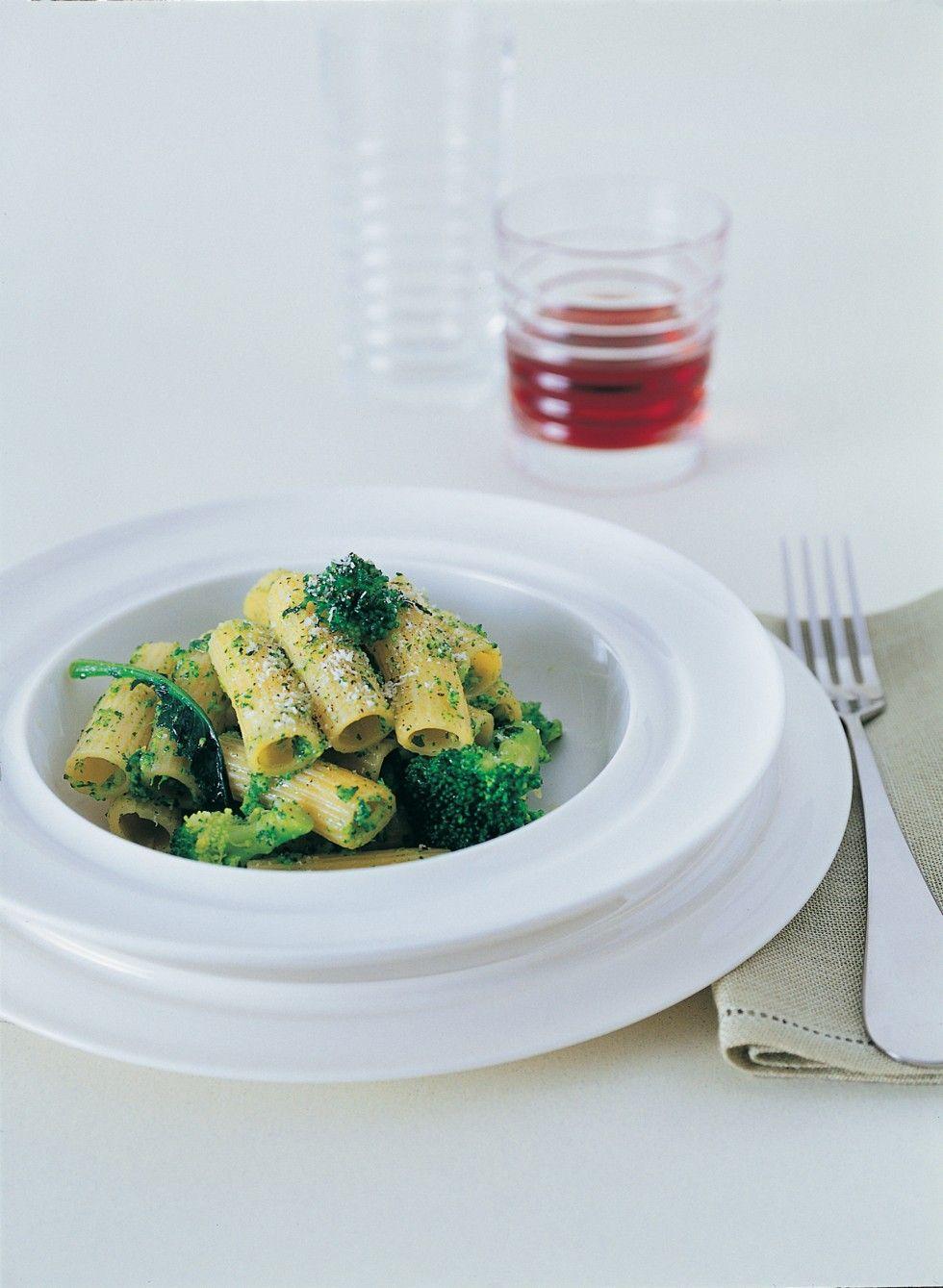 Pulite il broccolo, dividetelo in cimette e lessatele otto minuti in abbondante acqua salata, sgocciolatele e conservate l'acqua per la cottura della...