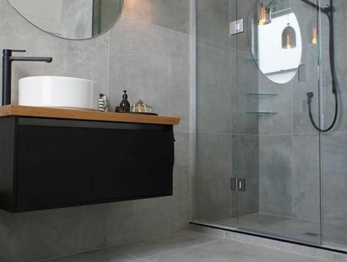 peinture gris perle salle de bain avec douche italienne avec grand miroir rond et luminaire install