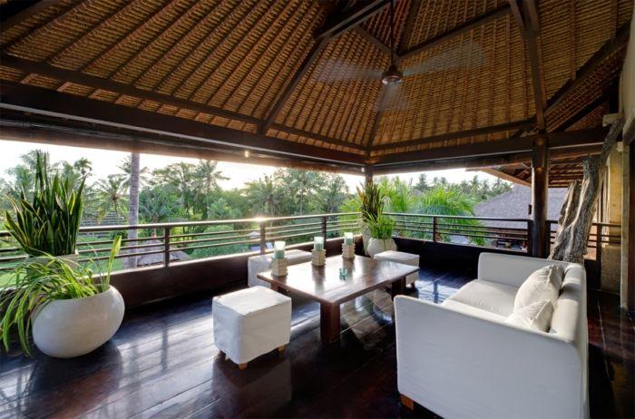 balkongestaltung weiße außenmöbel pflanzen