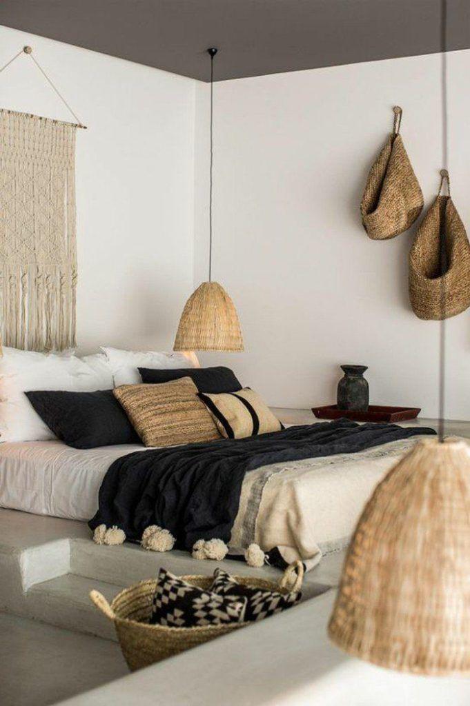 modernes Schlafzimmer, weiße Wände, exotische Deko im