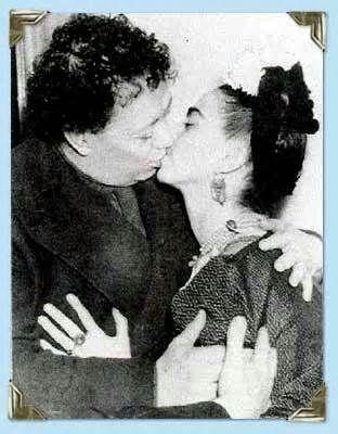 Frida Kahlo and husband Diego Rivera. An embrace and a kiss.