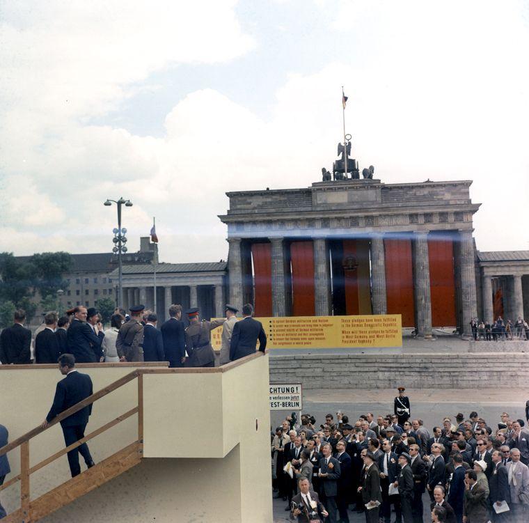 Presidentkennedy Views Brandenburg Gate From Behind Berlin Wall Cold War Berlin Photos Berlin Wall