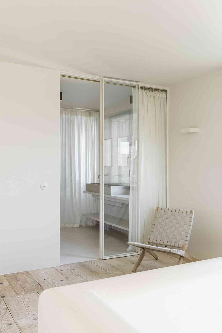 Minimalistic Bathroom In Warm Off White Tones Idée Salle De Bain - Porte placard coulissante avec serrurier 75012