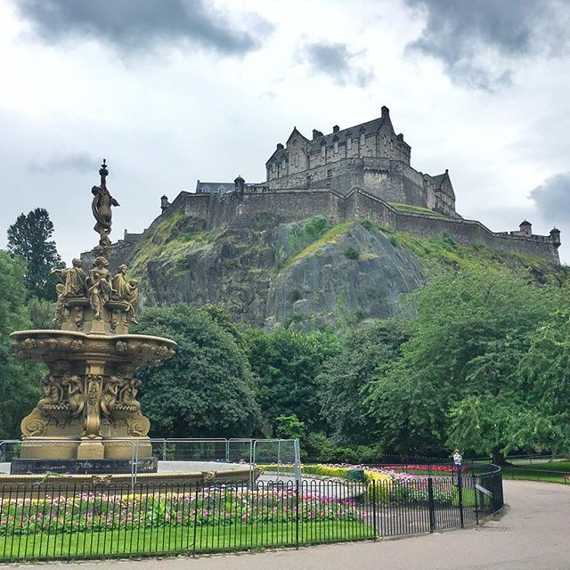 Views of the Castle never get old, even on grey days 😍 // #edinburgh #edinphoto #scotland