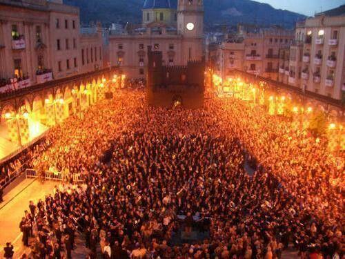 Plaza de España (coloquialmente llamada la bandeja ) el dia del himno de fiestas preludio de la trigologia  festera