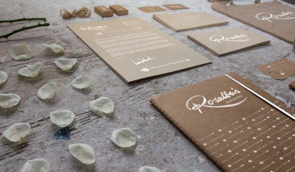 ROSALBA'S FLOWER. Combinación papel reciclado con impresión en dorado.