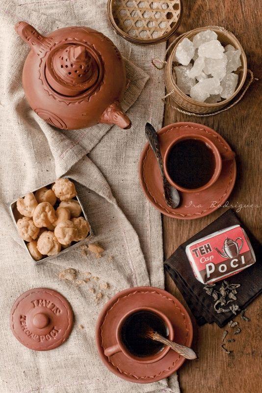Teh_Poci brewed tea in the typical tea pot (Poci