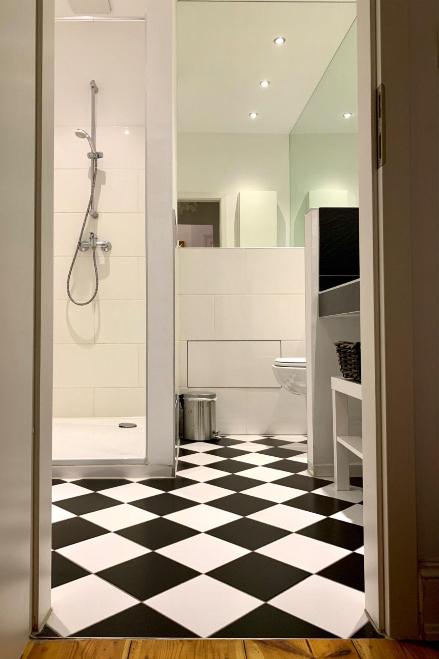 Schwarz Weisse Fliesen Im Bad In 2020 Schone Badezimmer Weisse Fliesen Badezimmer