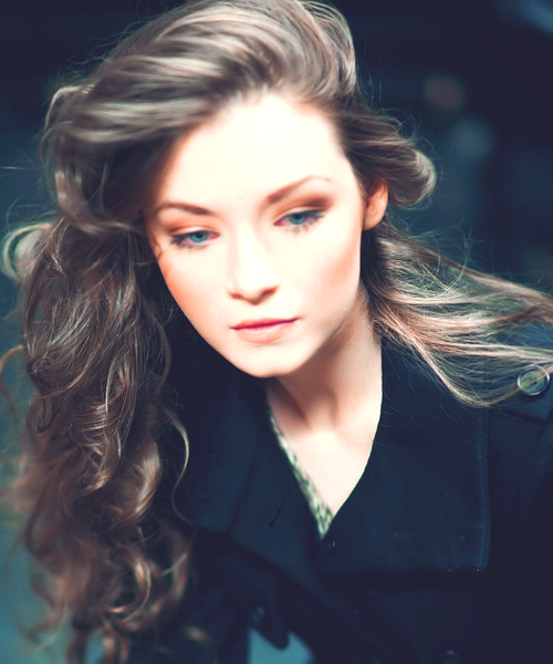 Sarah Bolger... my god, her hair is gorgeous...