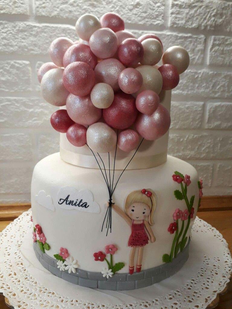 runder Kuchen mit dem Mädchen, das Ballone hält
