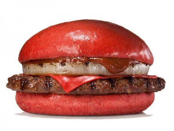"""Alt=Fotografía facilitada por Burger King de la hamburguesa de queso y pan rojo, carne de res y salsa de guindilla y miso rojo que la cadena de comida rápida estadounidense lanzará de forma exclusiva en Japón desde el próximo 3 de julio hasta mediados de agosto. After """"black hamburger"""", the """"red hamburguer"""" comes to Japan.EFE"""