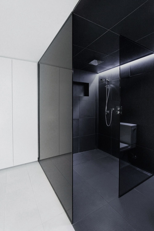 gekleurd glas badkamer + rubber vloer in douche | Scheidingswand ...