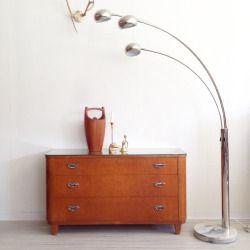 Byrå med glasskiva 1800kr & trearmad lampa med marmorfot. 1500kr  (på/i Bodil Vintage)