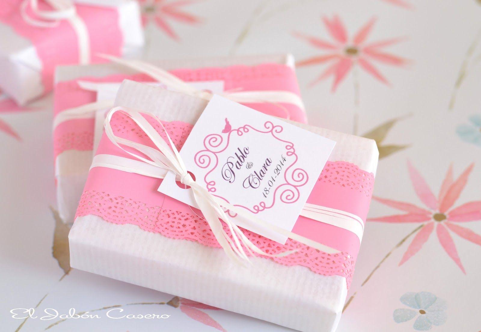 Detalles de boda, jabones en blanco y rosa