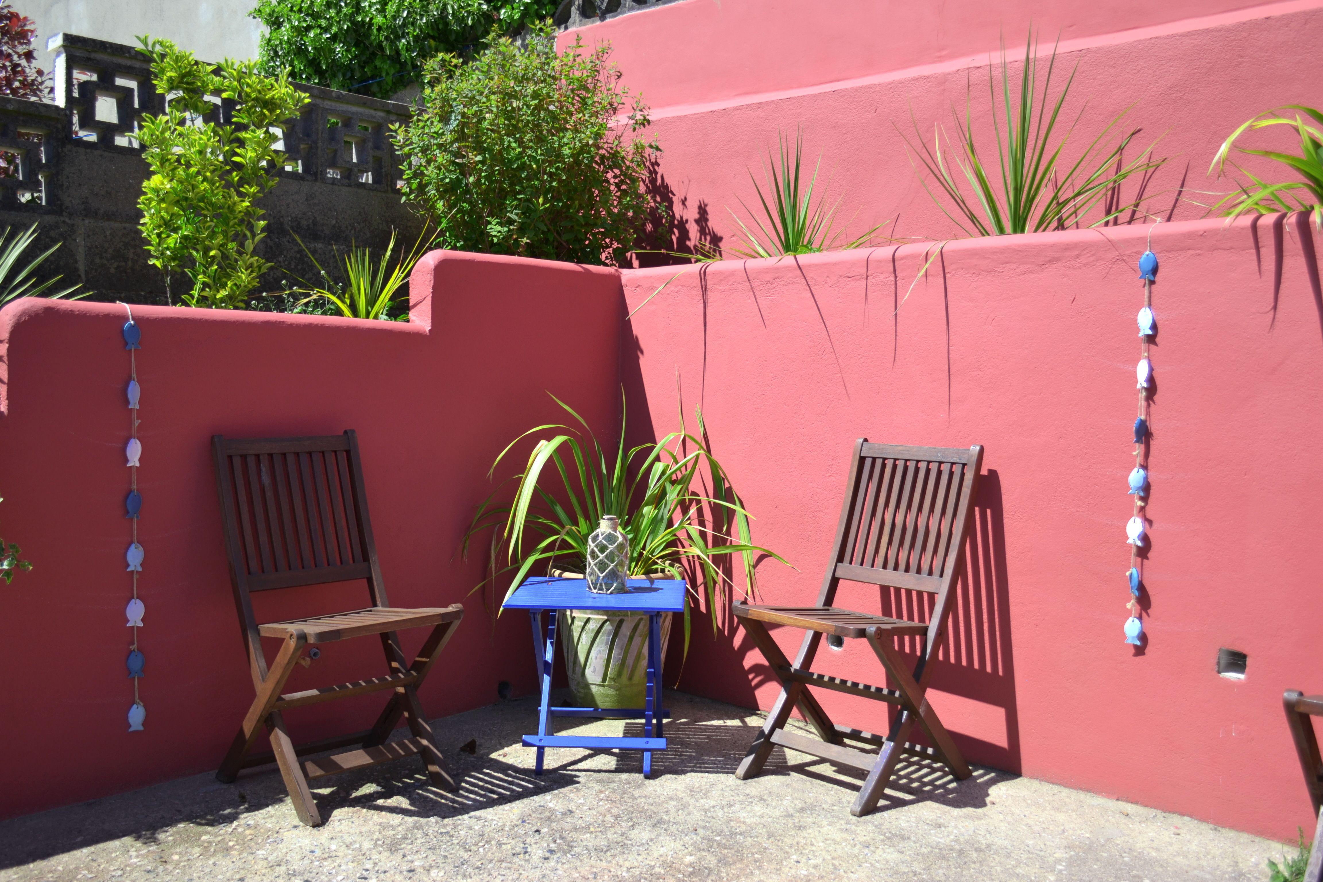 Mediterranean style courtyard garden with terracotta painted walls ...