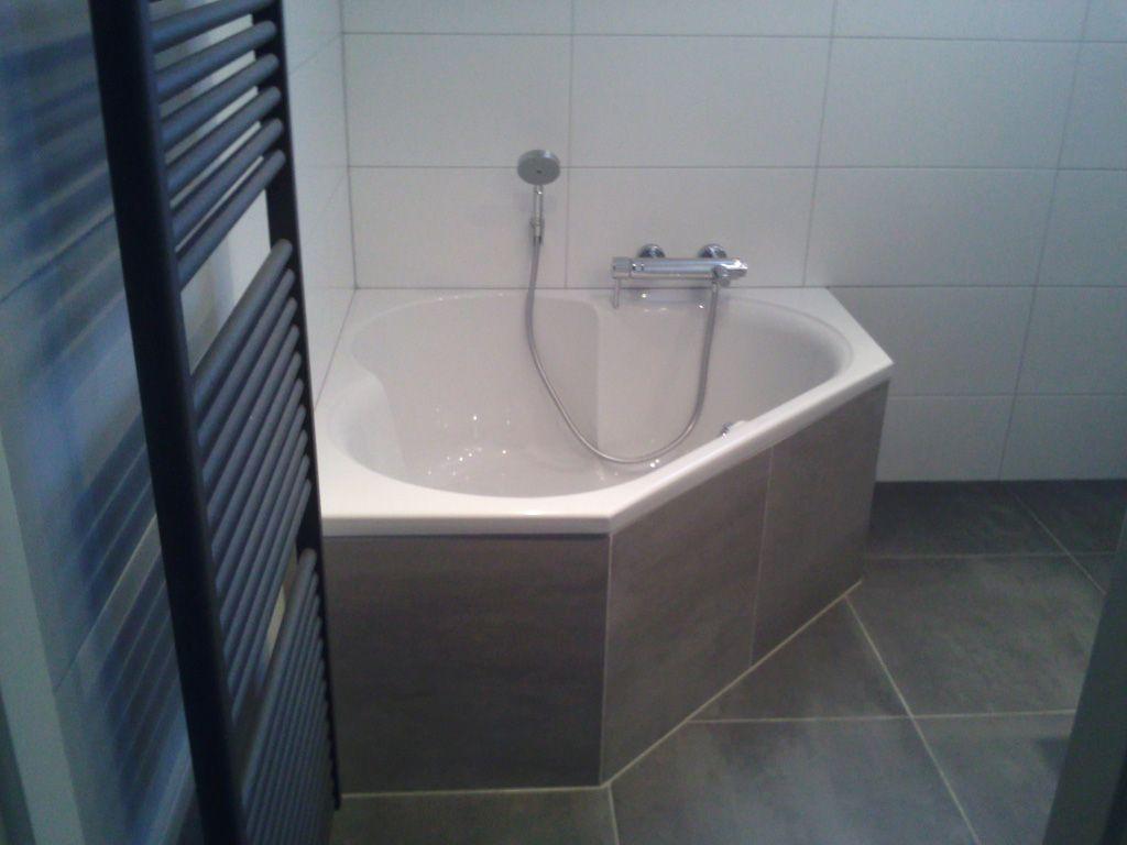 Afbeeldingsresultaat voor hoekbad kleine badkamer | Badkamer idee ...