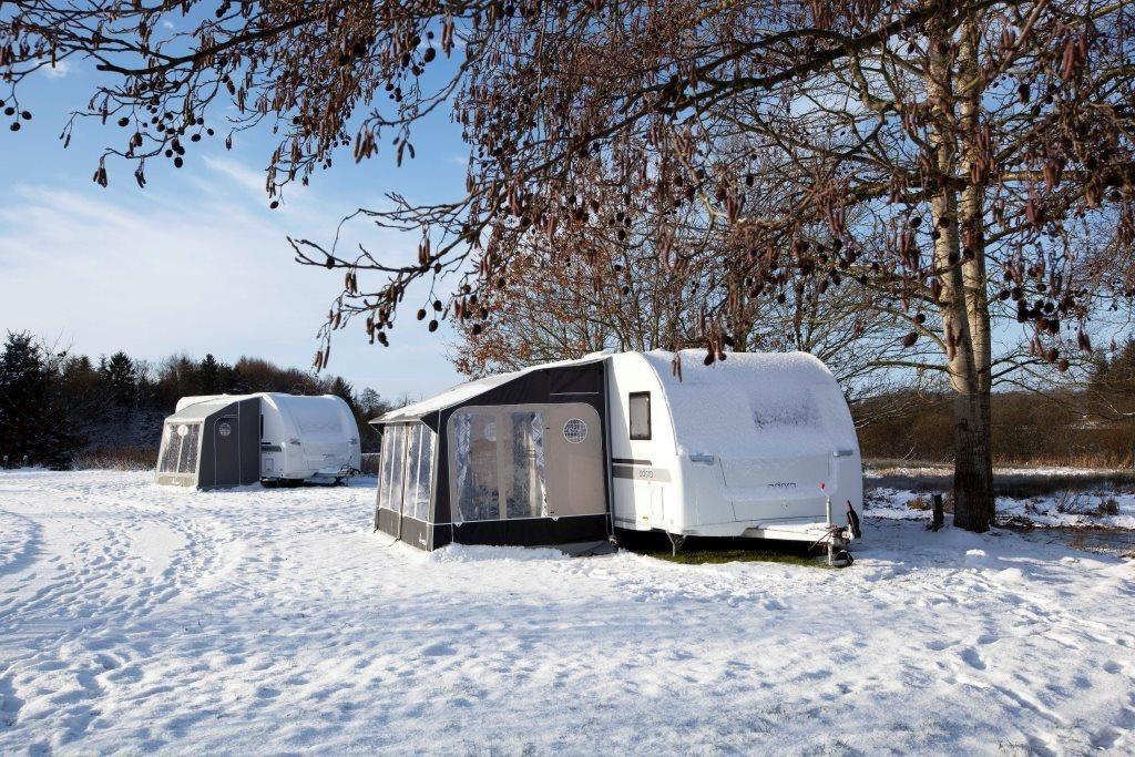 Kamperen In De Sneeuw Het Kan Met Bijvoorbeeld De Isabella Voortent Universal Winterkamperen Winter Op Wintersport Met D Winterkamperen Kamperen Caravan