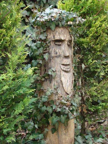 What can you do with an old dead tree green for Tall tree stump ideas
