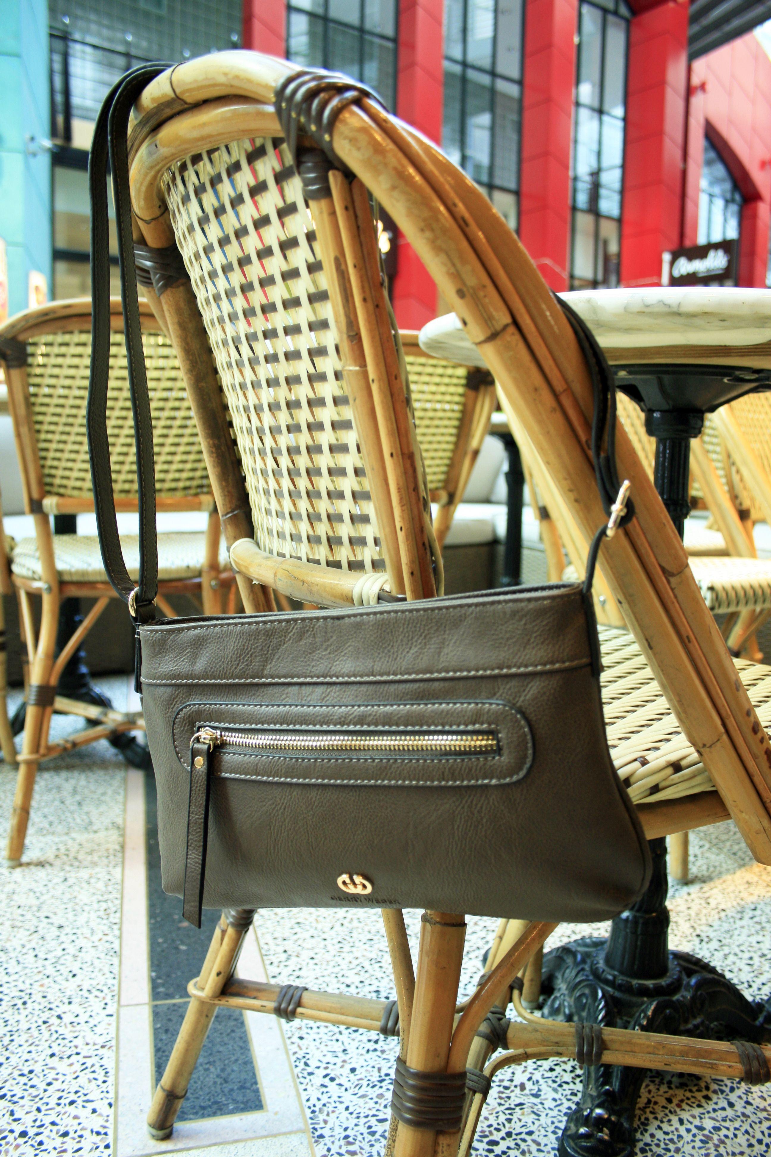 Gerry Weberin Evergreen-malliston laukku sopii niin arkeen kuin juhlavampiinkin tilanteisiin. Laukussa on säädettävä olkahihna ja laukun metalliosat ovat kullanvärisiä.