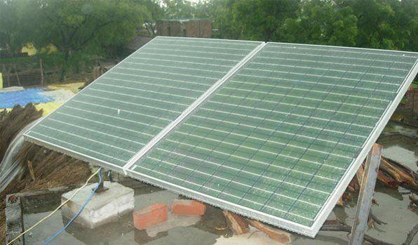 Placas solares de Mera Gao Power que son las encargadas de generar la electricidad verde que se distribuye a través de las micro-redes eléctricas de bajo coste que están instalando en las zonas rurales remotas de la India.