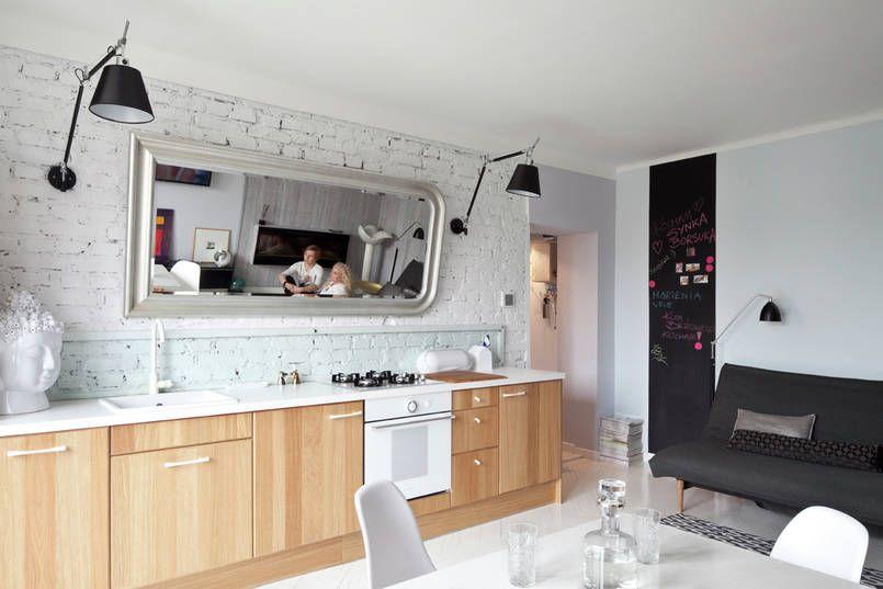 Ceglana Pomalowana Na Bialo Sciana Nad Blatem Zostala Zabezpieczona Do Pewnej Wysokosci Tafla Szkla Ujetego W Rame Ja Hotel Kitchen Interior Kitchen Cabinets