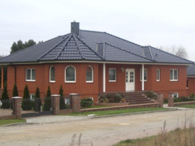 Haus Mit Roten Klinkern Und Schwarzem Dach Dacharbeiten