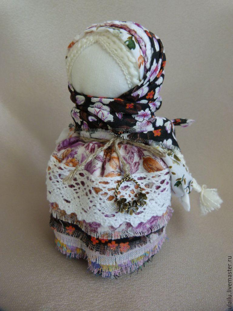 Купить или заказать Кукла в народном стиле 'Три листочка' в интернет-магазине на Ярмарке Мастеров. Кукла 'Три листочка' выполнена в народном стиле. Обережная основа сделана бесшитьевым способом. В работе использованы хлопок, лен, кру…