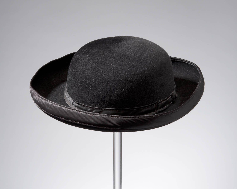 ronde hoed van wolvilt, Zuid-Beveland, voor 1951 De ronde hoed met opgeslagen rand, van geschoren vilt, is zowel door katholieke als door protestante jongens en mannen op Zuid-Beveland gedragen.  #Zeeland #ZuidBeveland #protestant