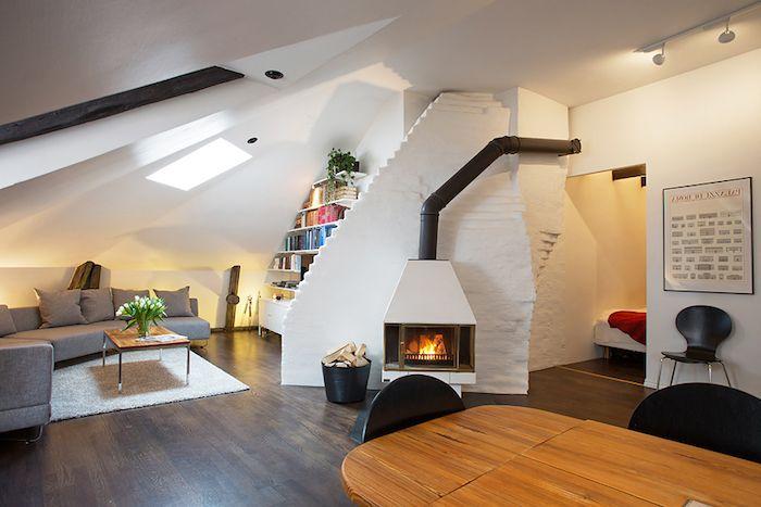 Dachgeschosswohnung Inspirierende Ideen Kamin Sofa Tisch Esstisch Stühle  Bücherregale Wandbild Schwarz Weiße Einrichtung Frische Blumen Auf