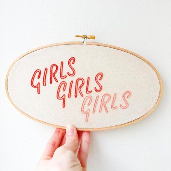 And all the girls say.... Diese handgefertigte Stickerei versprüht ...