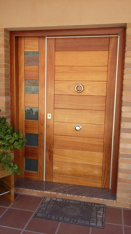 Se trata de un llamador de aro en color niquel mate sobre for Puerta entrada madera