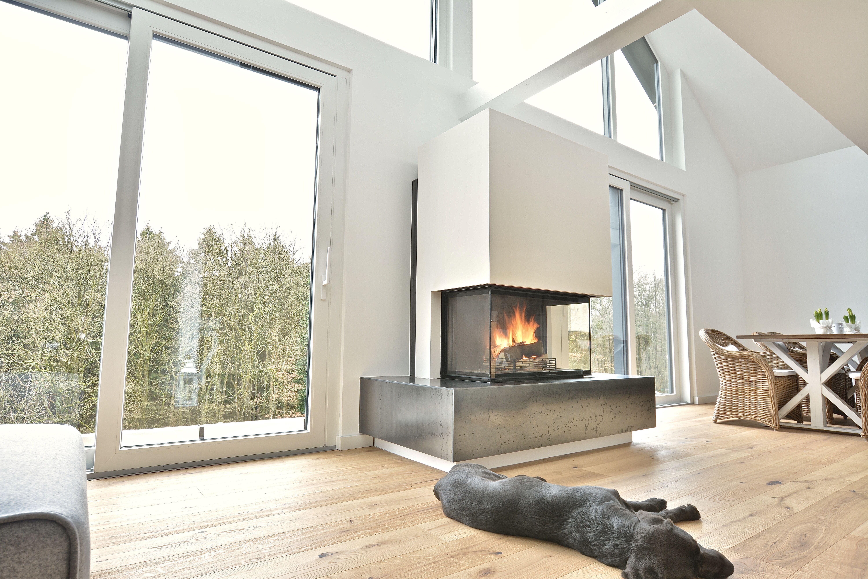 Panoramakamin mit Rohstahlbank und Hund Kamin, Baustil