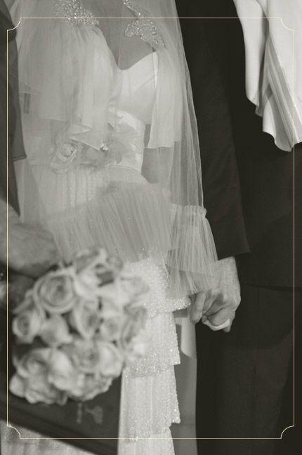 www.urbanbridesmag.co.il  יעל ואלי, 10.1.11 | חתונות אורבניות  צילום: איה ואבי צלמים  #wedding #bride #groom #bridal bouquet #veil