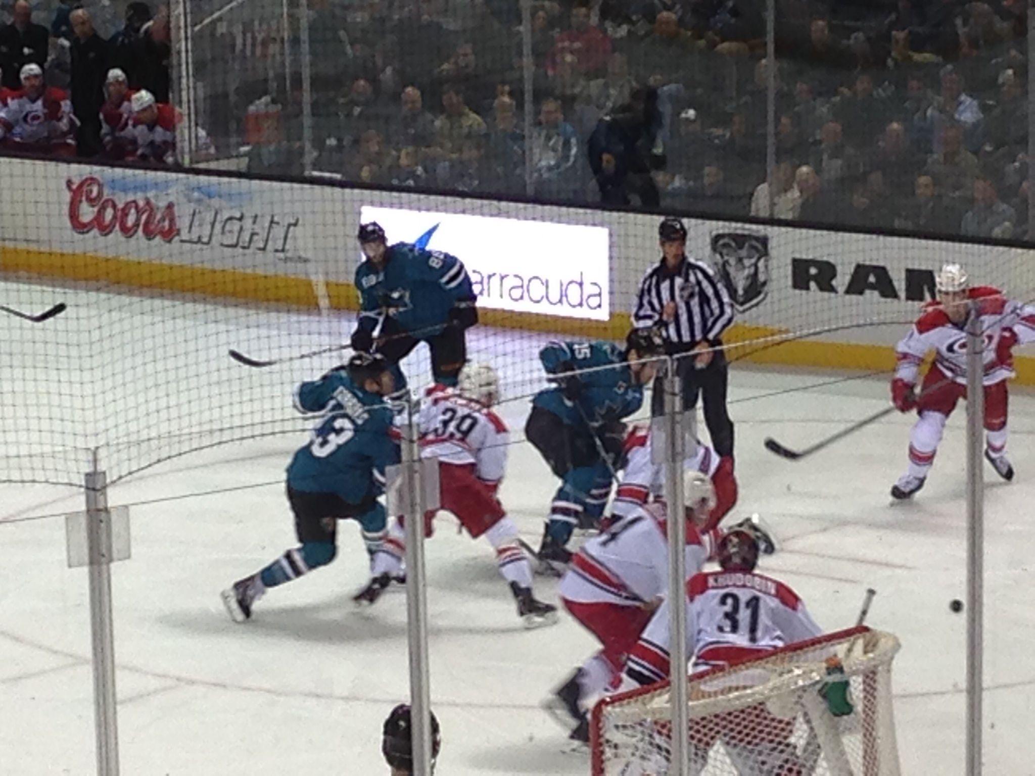 Voy juegos de deportes, como hockey sobre tiburones en los fines de semana.