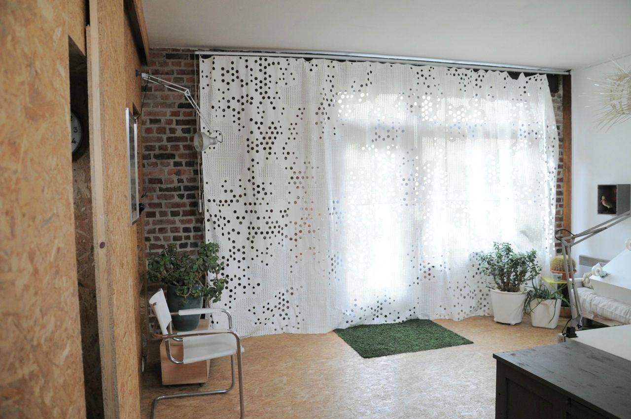 Bureau design rideau blanc sol osb maison pour prise de vue à