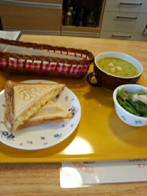 今日のお昼ご飯はホットサンド玉子味と手作りスープとサラダのセット食べていますなう。