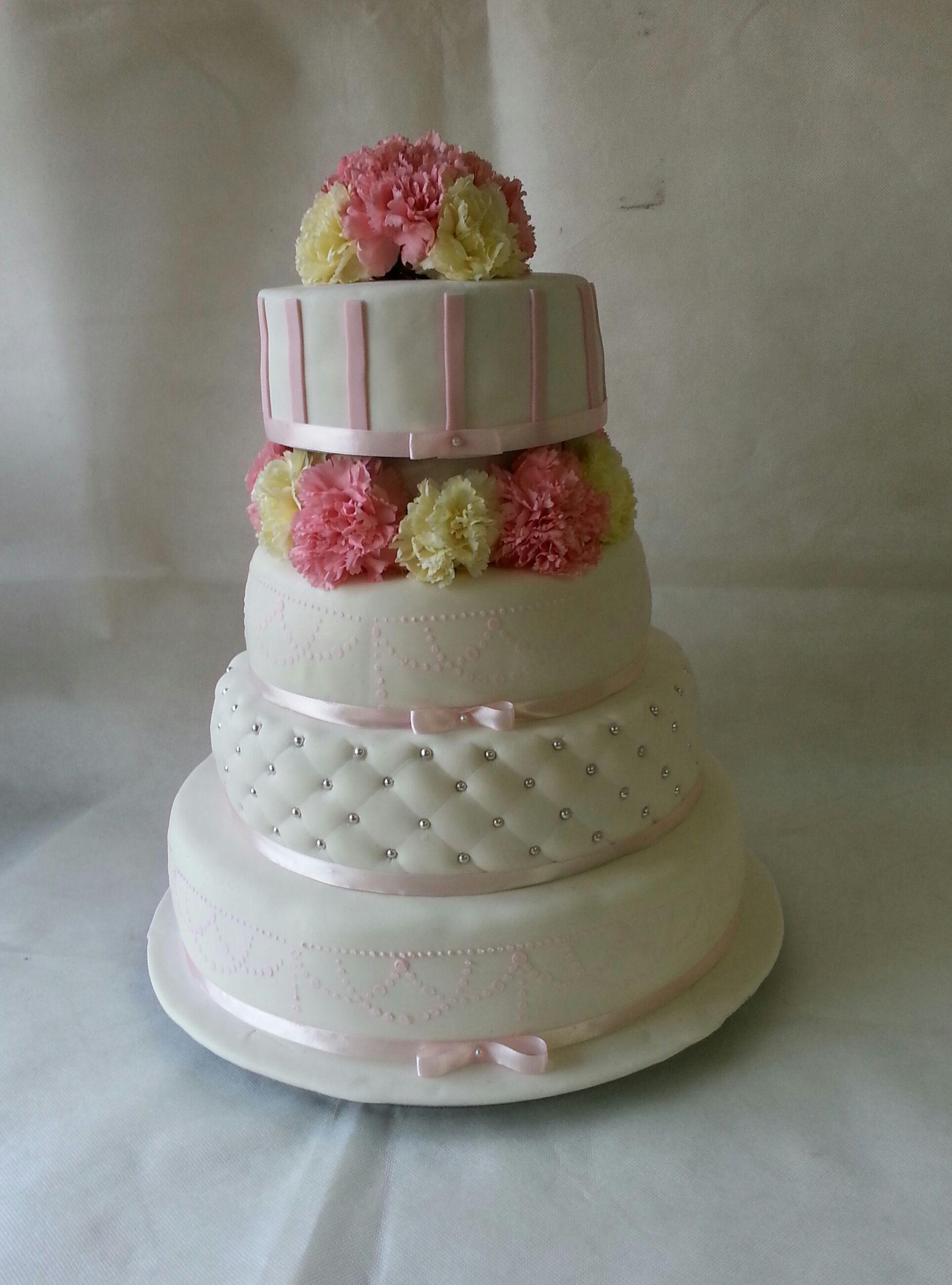 Bialo Pudrowy Tort W Stylu Angielskim Tort Weselny Z Zywymi Kwiatami Tort Weselny Z Gozdzikami Pikowanie Wstazka Cake Desserts Food