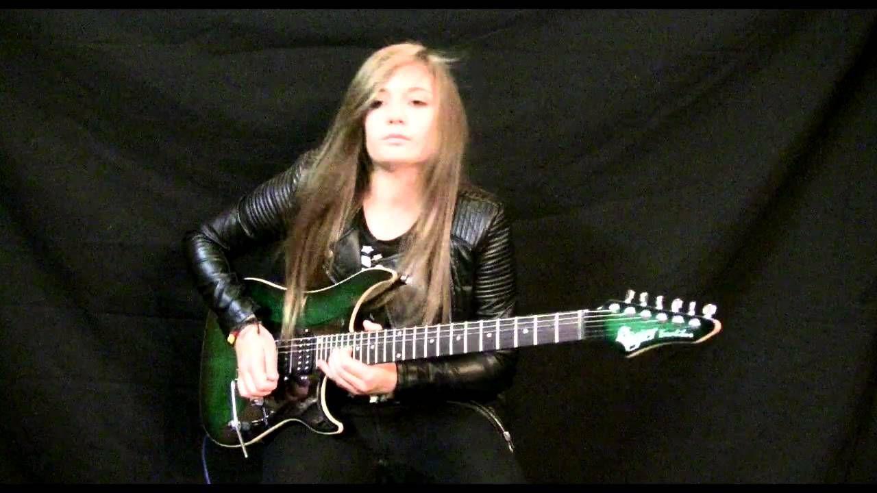 Con tan sólo 15 años esta pequeña de 15 años toca la guitarra con una destrezaenvidiable.