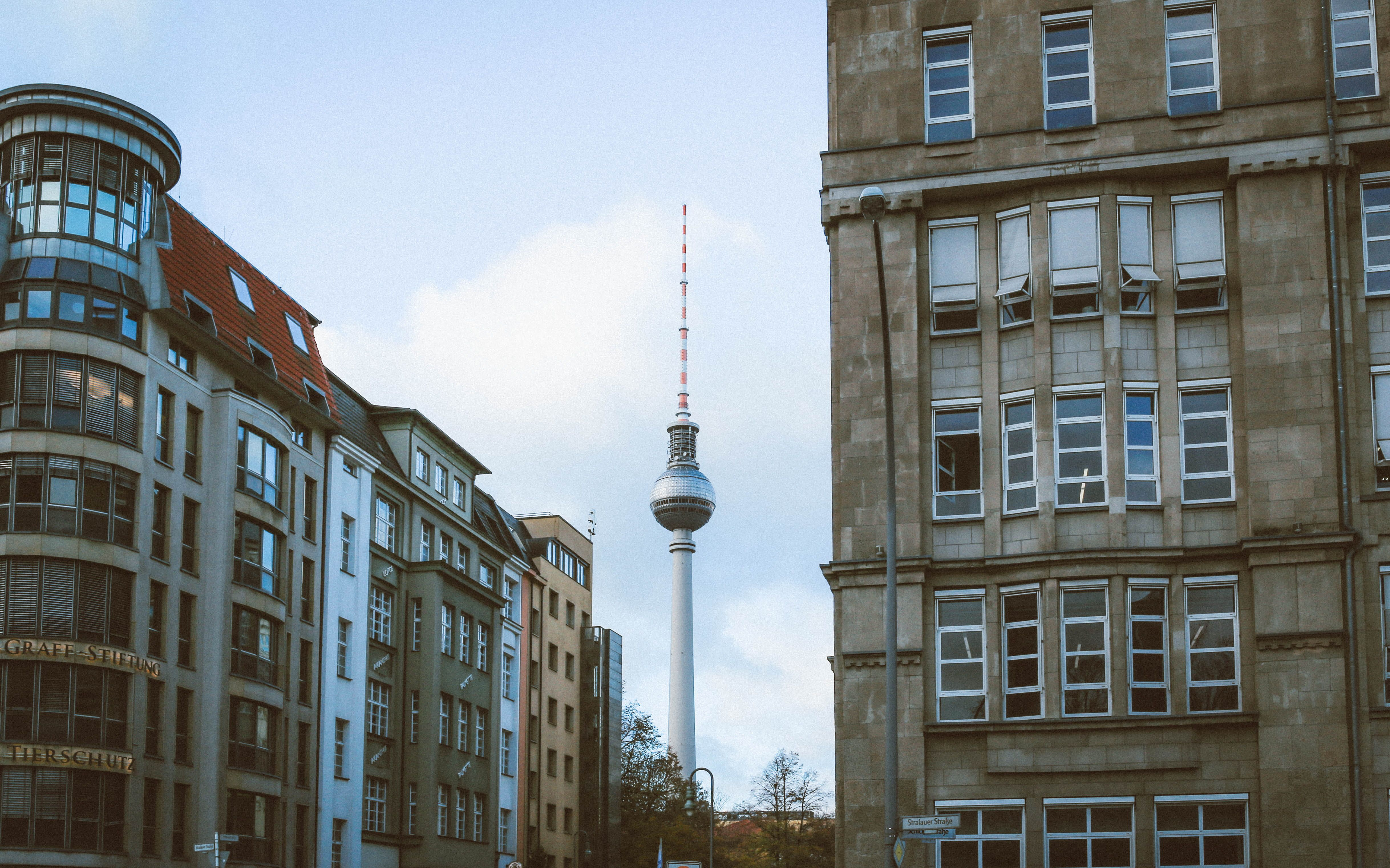 Fernsehturm Berlin Berlin Tv Tower Alexanderplatz Mitte Architecture Modern View City 4k Wallpaper Hdw In 2020 Berlin Desktop Wallpaper Macbook Hd Wallpaper