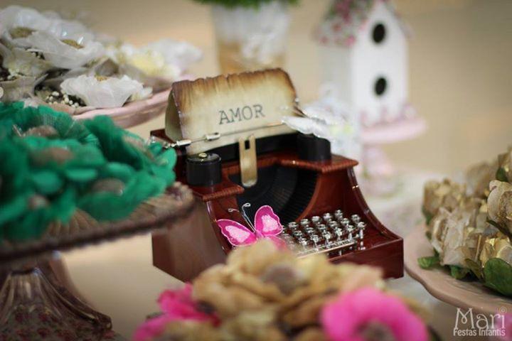 Vamos falar de amor? Detalhe da festa de noivado que decoramos em julho.