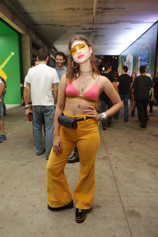 Pochete + óculos coloridos + calça flare   sucesso! Giovanna Grigio é  estilosa e sabe f0cd1f0d7afcc