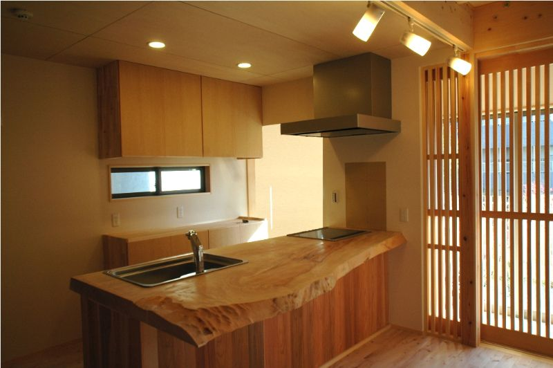 rough edged countertop in wood(tochi-no-ki) | Kitchen ...